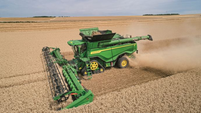 La plus grosse moissonneuse-batteuse de John Deere promet plus de 100 t/h de débit de chantier. (©John Deere)