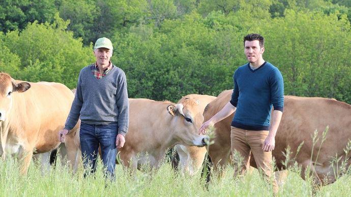 Didier Dupuis et Julien Dupuis au milieu de leurs Parthenaises. (©Page Facebook de l'EARL la Mardière)
