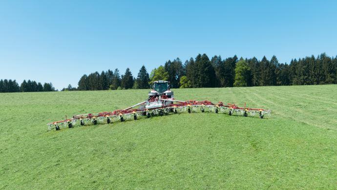 Le faneur Hit 16.18T possède 16 rotors Dynatech et travaille sur 17m de largeur. (©Pöttinger)