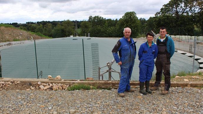 Rémi Cadio et ses parents ont investi 260000€ dans un système Nénufar. Il s'agit d'une couverture de la fosse à lisier pour récupérer le biogaz. (©TNC)
