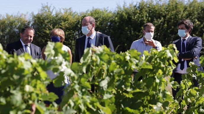 Jean Castex et Julien Denormandie sur une exploitation viticole de Menetou-Salon, mercredi 5 août 2020. (©@JeanCASTEX)