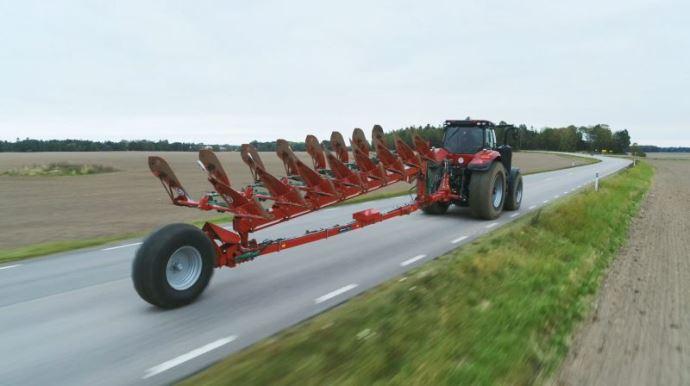 Il suffit de quelques secondes pour mettre la charrue en position transport et abaisser son centre de gravité. (©Kverneland)