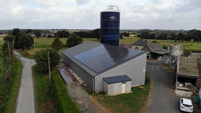 L'économie nette moyenne sur la facture d'électricité s'élève à 600€ par an pour un élevage laitier en autoconsommation d'énergie photovoltaïque.(©Chambre d'agriculture de Bretagne)