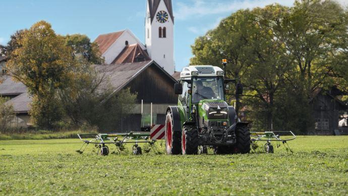 Le tracteur électrique Fendt e100 Varion entraîne les outils via prise de force, hydraulique ou prise électrique. (©Fendt)