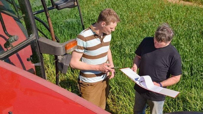 Mesure phare du volet environnemental de la loi Alimentation, la séparation du conseil et de la vente des produits phytosanitaires de synthèse a pour but de réduire leur utilisation dans l'agriculture française.(©Countrypixel/Fotolia)