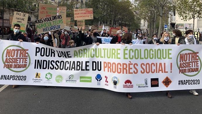 À Paris, un collectif d'organisations, dont la Confédération paysanne, Greenpeace et Générations futures, ont manifesté pour exiger une inflexion dans les négociations de la prochaine Pac. (©@pouruneautrepac)