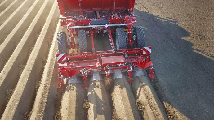 Le système TerraProtect Pro crée des barrages à intervalle régulier entre les buttes de pommes de terre et fissure le sol pour favoriser l'absorption de l'eau et réduire l'érosion du sol. (©Grimme)