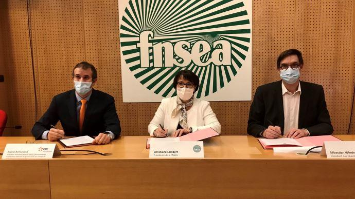 Bruno Bensasson (EDF), Christiane Lambert (FNSEA) et Sébastien Windsor (APCA) ont signé le 19 janvier une charte pour encadrer le développement du photovoltaïque agricole (©FNSEA)