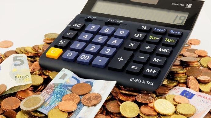 Puisqu'un projet d'installation amène souvent à casser sa tirelire, son chiffrage prévisionnel doit permettre de ne pas finir qu'avec quelques euros en pocheles premières années. (©Pixabay)