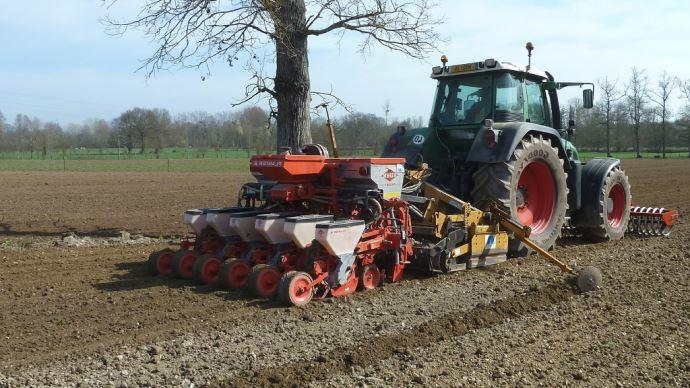 Pour le semis des betteraves avec un semoir à maïs, l'écartement doit être réglé à 45 cm. (©J. Greffier - ADBFM)