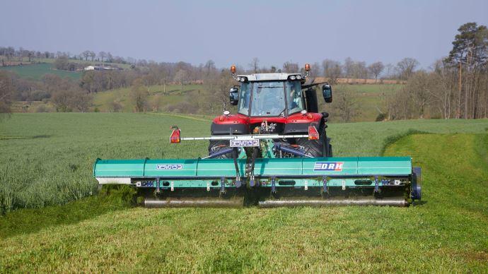 L'agriculteur choisi le sens de rotation des tapis pour déposer la récolte à gauche, à droite ou au centre. (©Desvoys)