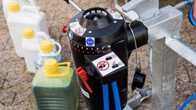 Le système EasyConnect permet de transférer du produit dans le pulvérisateur sans risque de contact avec l'opérateur. (©BASF)