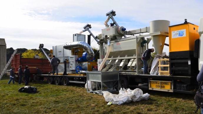 Un camion toasteur se déplace pour réaliser le toastage de la féverole directement à la ferme. (©Protecow)
