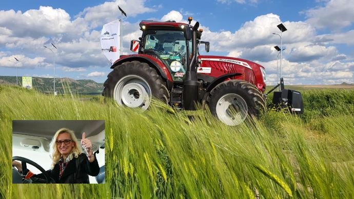 Patricia Pop, présentatrice télé roumaine, sillonne les routes à bord du tracteur McCormick X7.624 VT-Drive. (©McCormick)