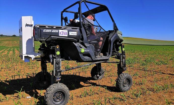 Grâce à la mécanisation, l'épandage des trichogrammes peut aller jusqu'à 30 hectares traités par heure.(©EMC2)