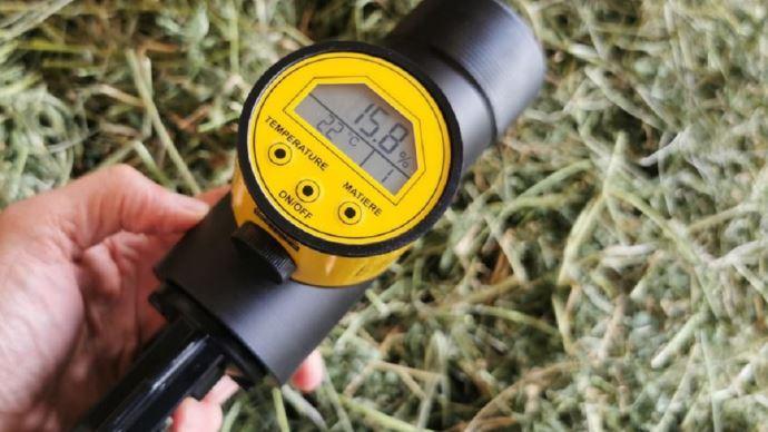 Découvrez le taux de matière sèche de votre fourrage en quelques secondes grâce au testeur d'humidité de Base innovation. (©Base)