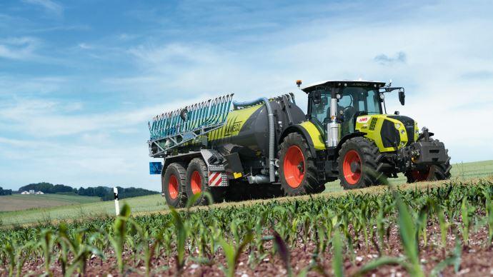 Les gammes de tracteurs Claas Arion 500 et 600 CMatic gèrent le freinage automatiquement pour garder l'ensemble tracteur-remorque en ligne. (©Claas)