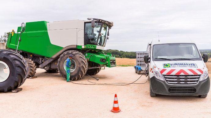 Euromaster élargit son service dépannage agricole 7j/7 et 24h/24 pendant les récoltes, avec une astreinte de 200 techniciens sur 89 centres. (©Euromaster)