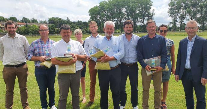 Les gagnants du trophée des agriculteurs multiplicateurs de semences de lin, leaders dans ce métier. (©Semae)