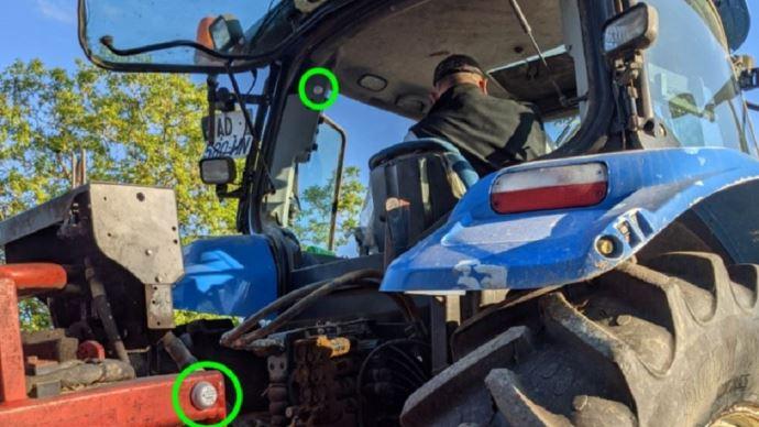 En disposant un boitier sur chaque matériel, l'agriculteur aura une idée complète du temps passé sur chaque outil et dans chaque atelier. (©Aptimiz)