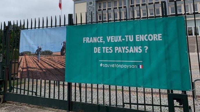 Affiche devant une préfecture normande lors d'une action syndicale en octobre 2019. (©@fabricechanuel)