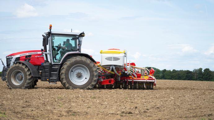 Grâce à sa compacité, le semoir Aerosem VT 5000 nécessite moins de puissance de relevage et correspond à davantage de tracteurs. (©Pöttinger)