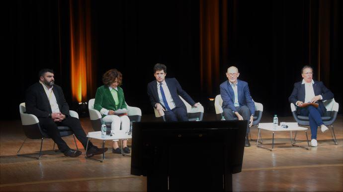 De gauche à droite: les députés européens Jeremy Decerle et Irene Tolleret, Julien Denormandie, Pascal Lamy, et la députée Sabine Thillaye, lors d'un débat au Sommet de l'élevage le 5 octobre. (©TNC)